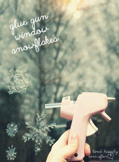 Простой способ сделать снежинки с помощью горячего клея