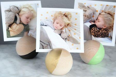 Простой мастер класс как сделать подставку для фото из деревянных шариков своими руками