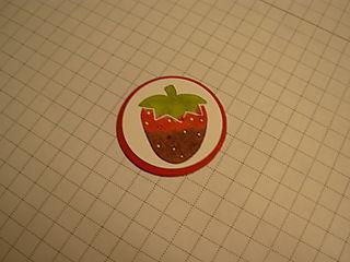 Вырезаем и наклеиваем нарисованную ягодку для открытки