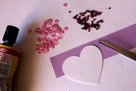 вырезаем из бумаги сердечко