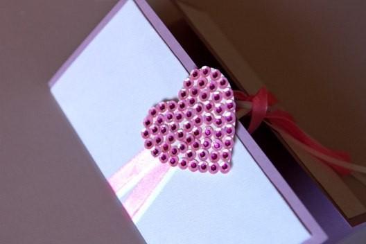 приклеиваем сердечко к валентинке