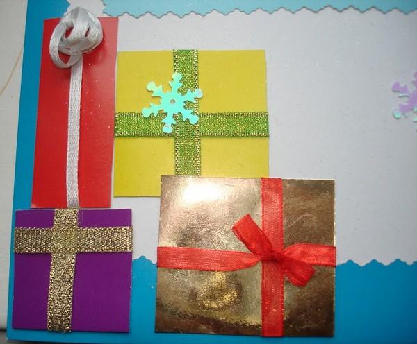 Из цветного картона вырезаем квадраты и прямоугольники