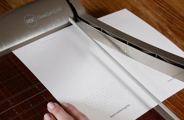 Обрезаем заготовку для открытки
