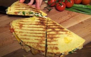 Кесадилья с курицей, сыром и помидором — хит мексиканской кухни за 90 секунд