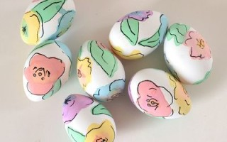 Простой способ покрасить пасхальные яйца с помощью краски для яиц и фломастера