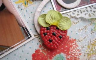 Красная ягодка из бисера для открытки своими руками