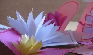 Простой цветок из бумаги для украшения открытки своими руками