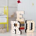 40 идей как использовать большие декоративные буквы в интерьере