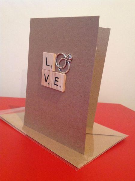 на фото буквы и колечки на свадебной открытке